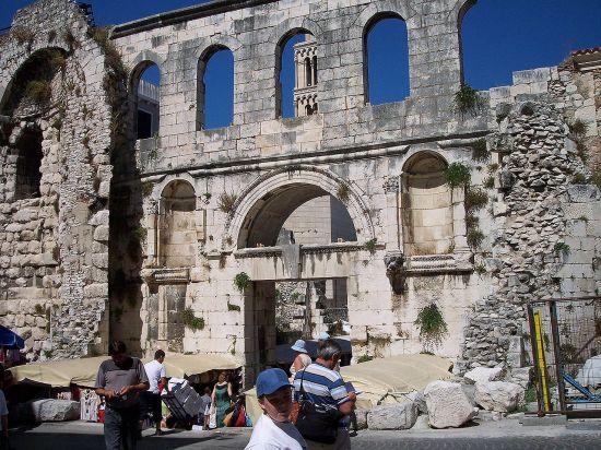 1280px-Split-Roman_walls